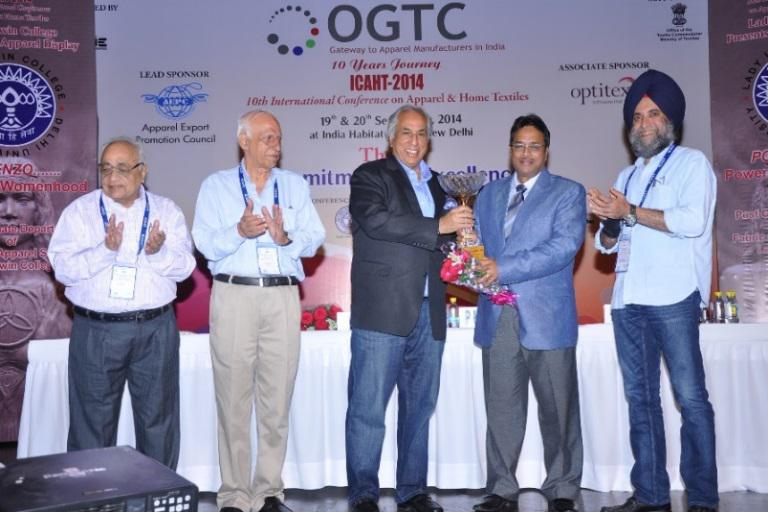 CHIEF GUEST MR. VIRENDER UPPAL, CONFERRING OGTC PATH BREAKER AWARD 2014 ON DR. DARLIE KOSHY, DG & CEO IAM &ATDC