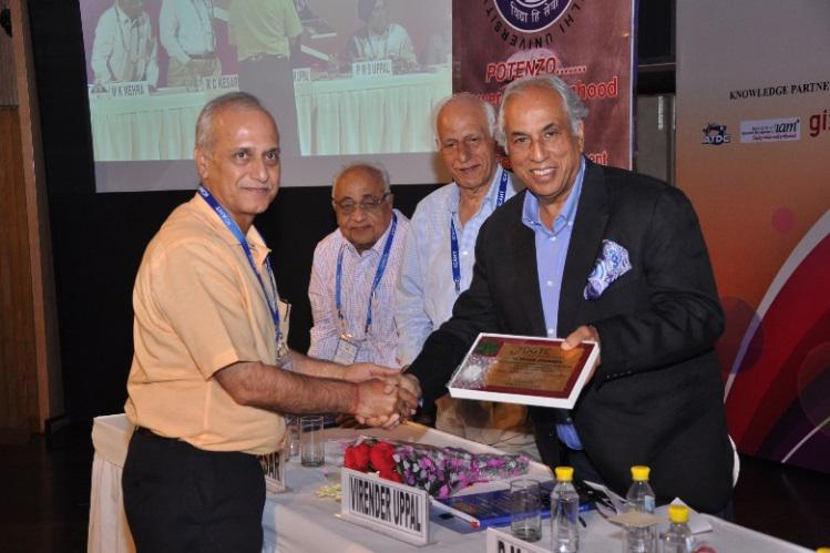 MR. MADAN KUKREJA, MD SUPER FASHION PRESENTING MOMENTO TO MR. VIRENDER UPPAL