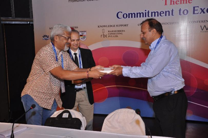 MR. VIVEK GUPTA MD M/S TEAM KRIAN PRESENTING MOMENTO TO MR. DEEPAK MOHINDRA, EDITOR- IN -CHIEF APPAREL ONLINE SESSION CHAIRMAN
